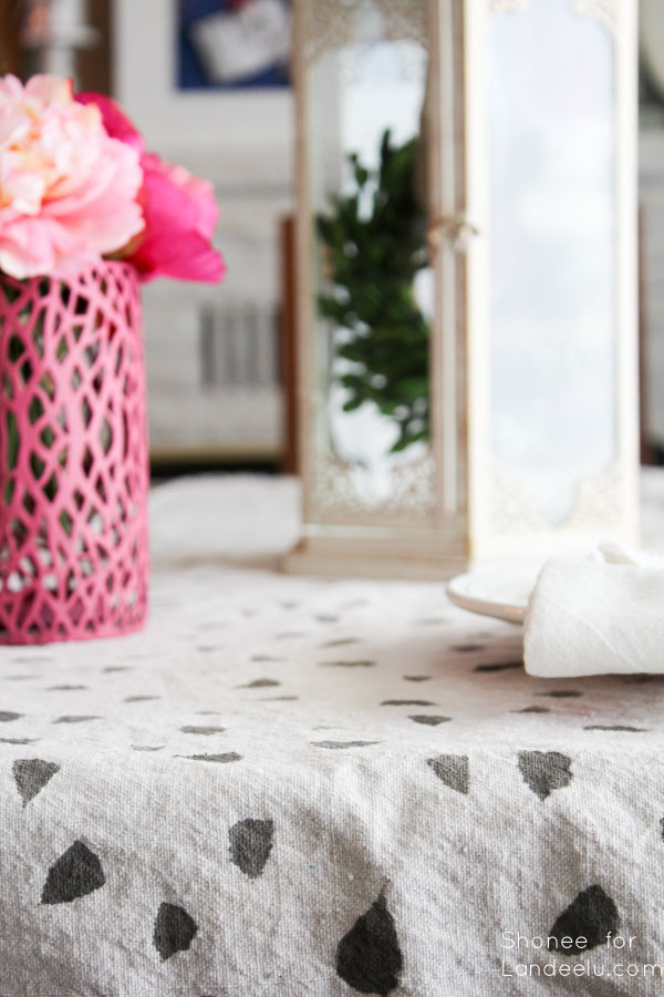 Did you know that you can paint fabric? This DIY painted table runner is painted plus it is super customizable for any occasion or holiday!
