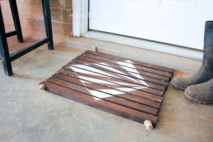 Check out this simple wood slat door mat! I love the geometric pattern that she & Simple Wood Slat Door Mat