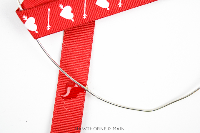 Lovely modern Valentines Day decor. This looks super easy and cute. #modern