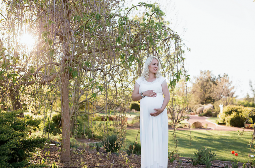 Maternity picture ideas. I love the white dress with the pop of red from her lips. So pretty!