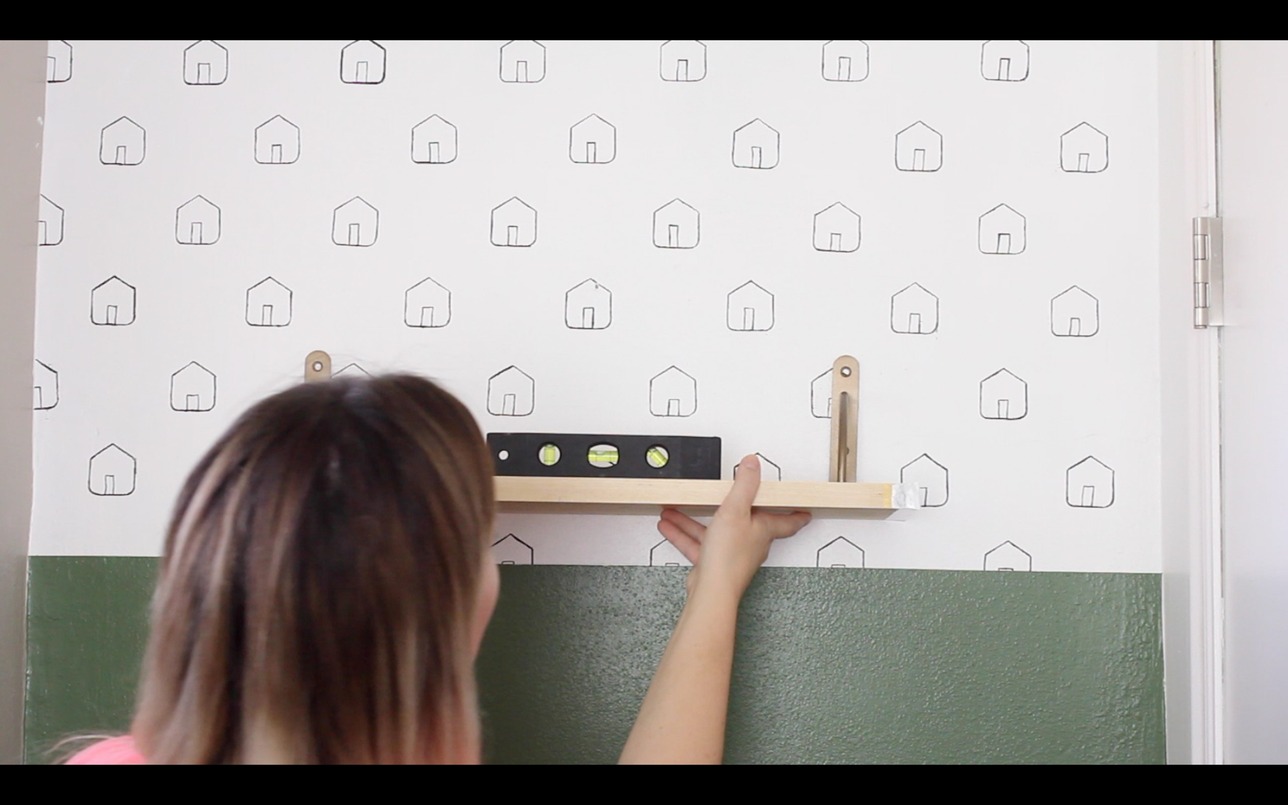 Loving this DIY shelf tutorial and and how to hang a shelf. It really isn't that hard to do, the video is so easy to follow. I can totally make this! Totally pinning for later.